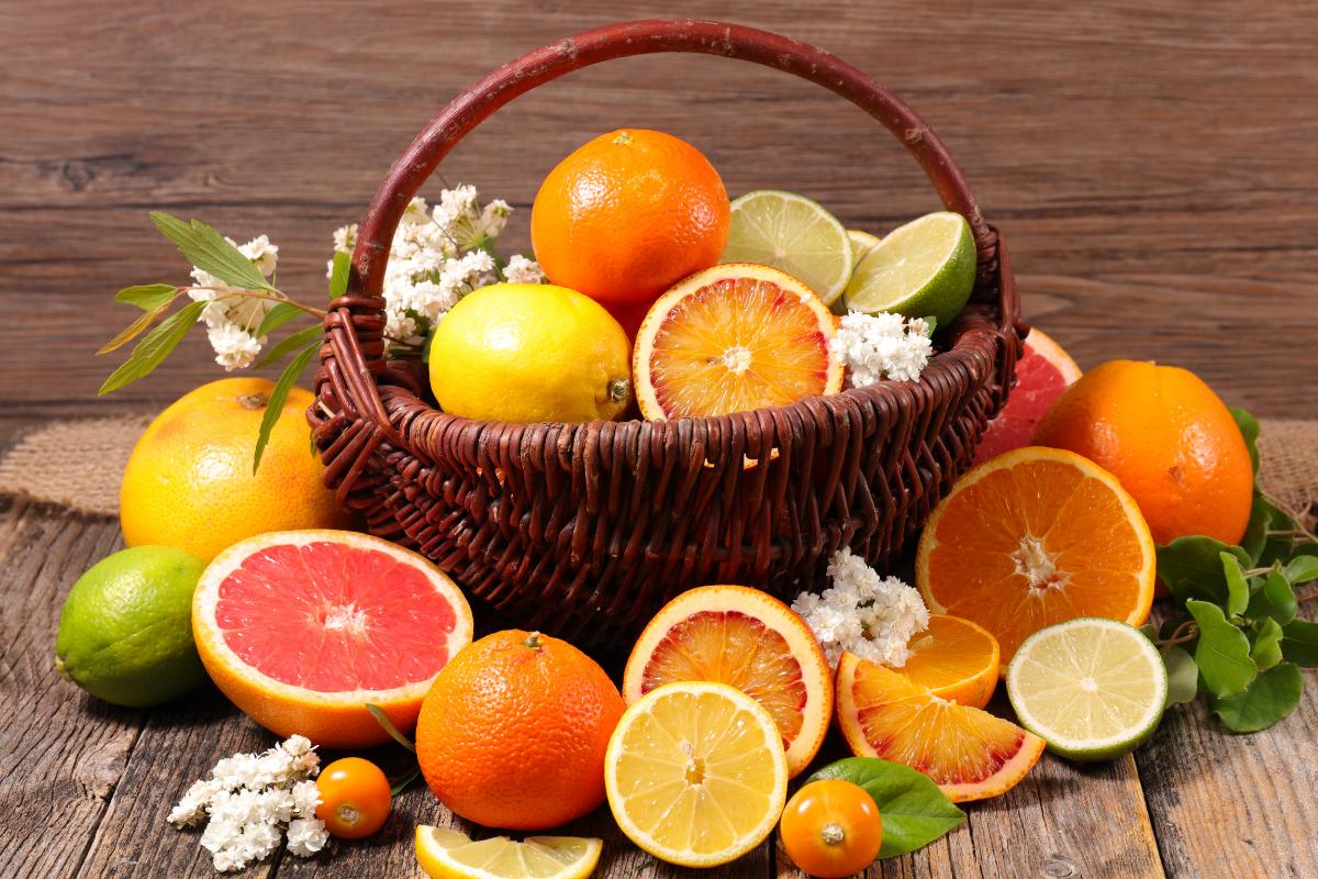 Cesta piena di frutta